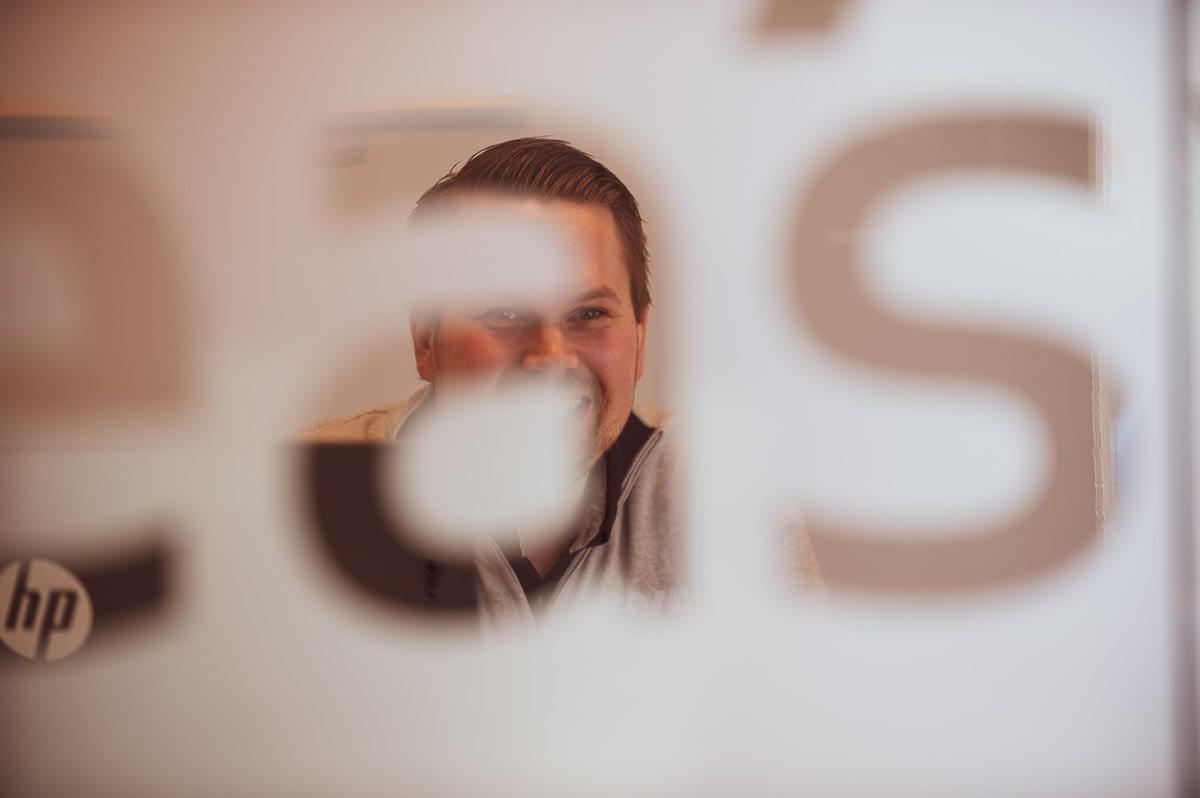 Thomas på sitt kontor hos Easybruktbil