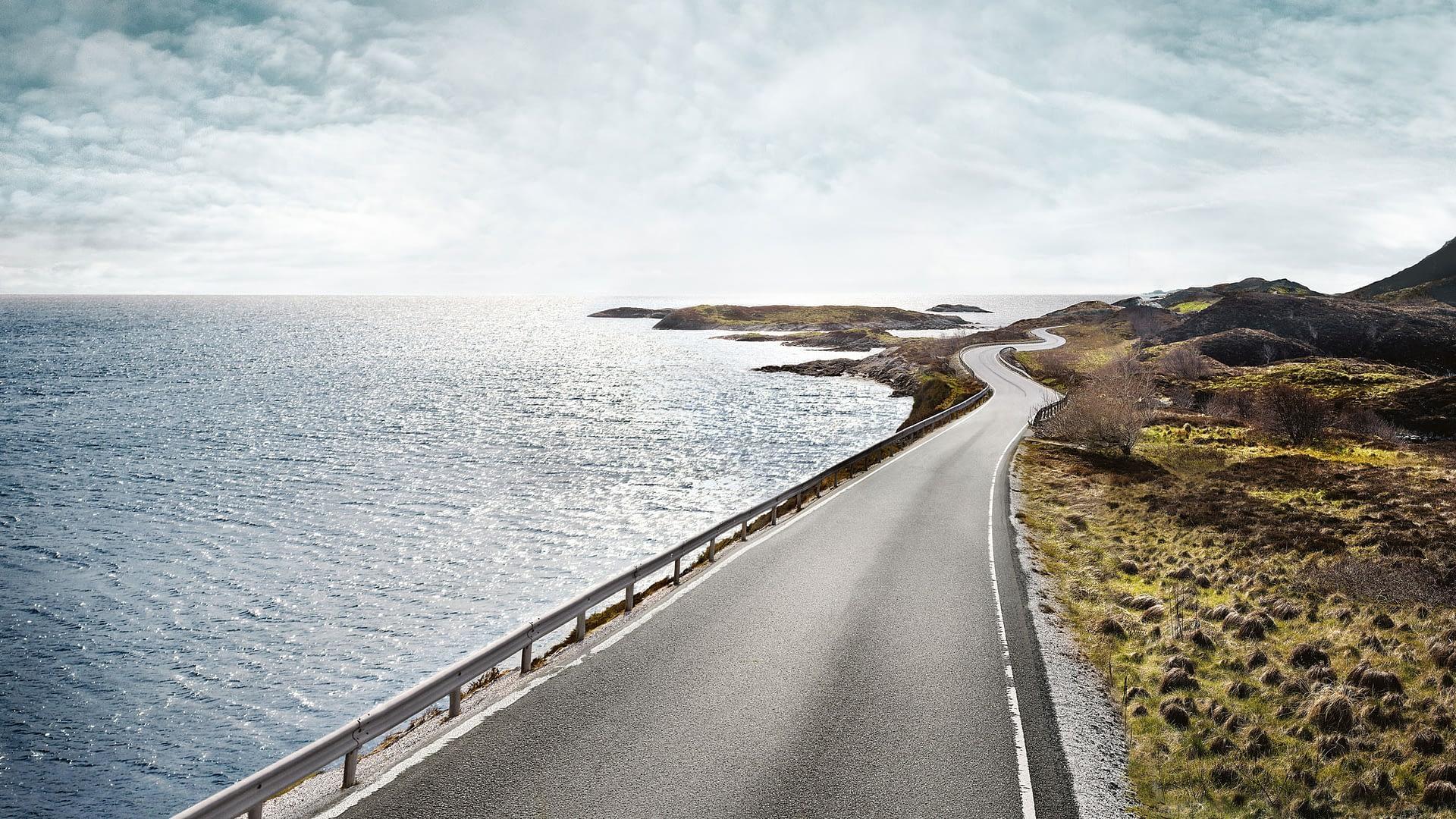 Vei langs sjøen