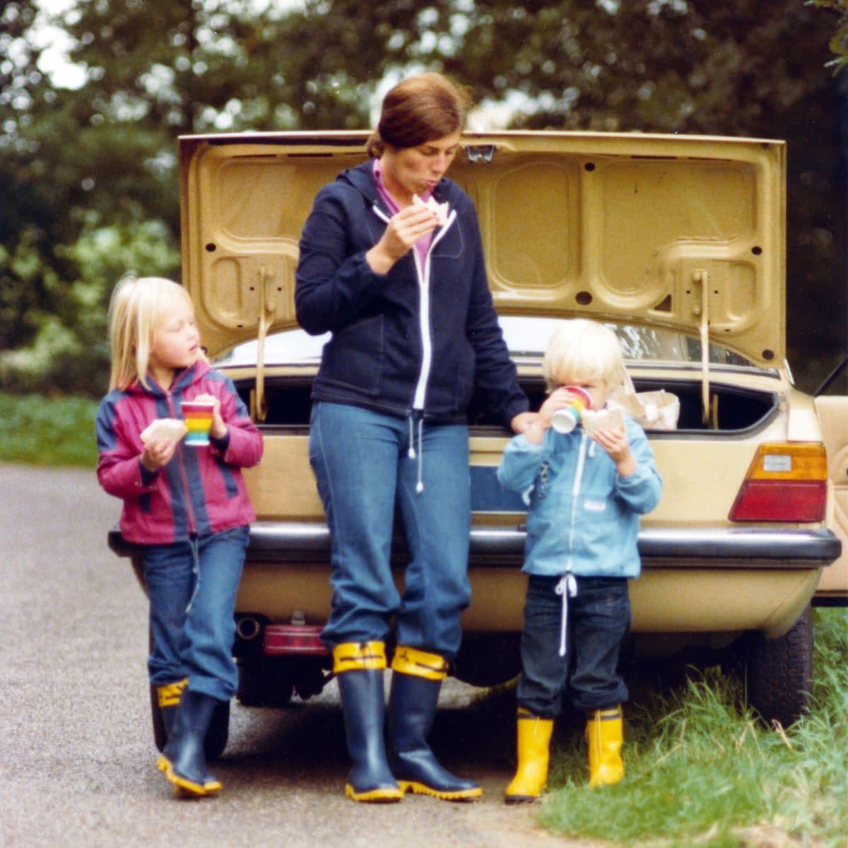 Retro bilde barn bak bil