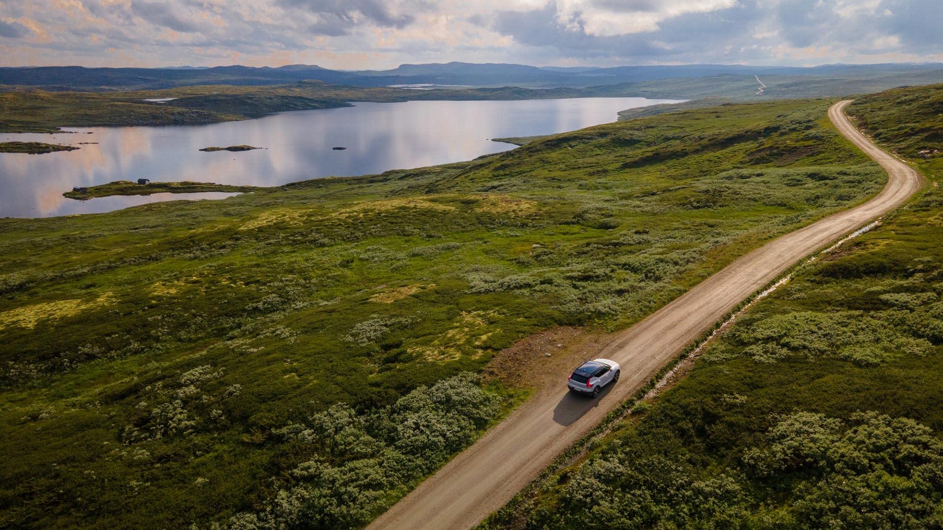 Volvo XC40 på landevei langs en fjord
