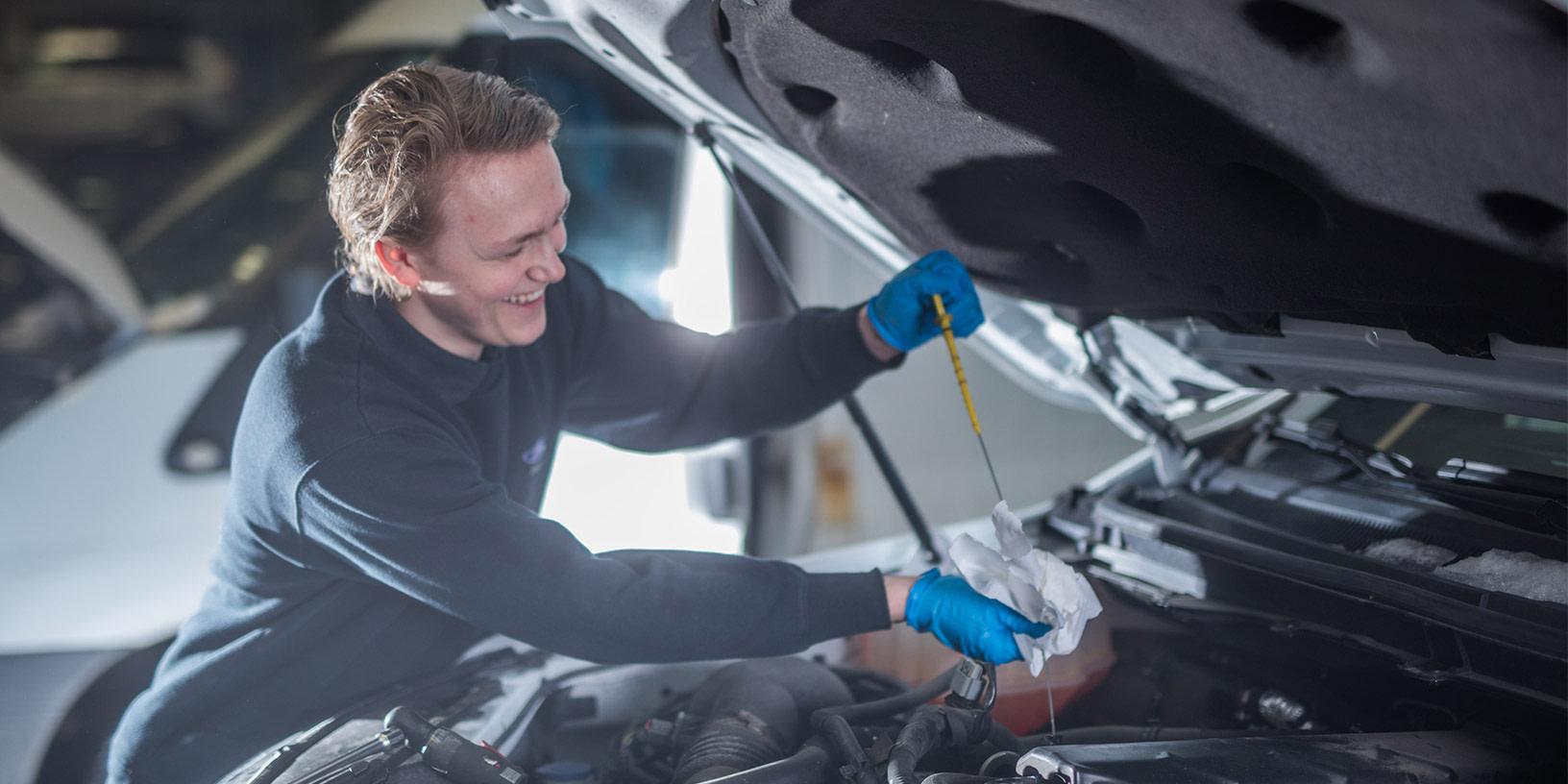 En glad servicemedarbeider på verksted hos Bilservice bilSpiten